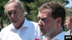 Президент России Дмитрий Медведев и президент Абхазии Сергей Багапш