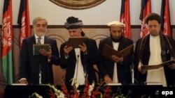 عبدالله عبدالله و اشرف غنی احمدزی در حال قرائت سوگند