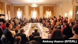 Зал, в котором проходили общественные слушания, с трудом вмещал участников. Алматы, 11 января 2013 года.