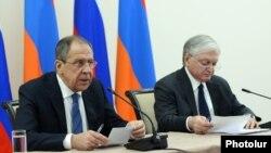რუსეთისა და სომხეთის საგარეო საქმეთა მინისტრები, სერგეი ლავროვი (მარცხნივ) და ედუარდ ნალბანდიანი.
