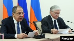 Armenia - Russian Foreign Minister Sergey Lavrov (L) speaks at a joint press conference with his Armenian counterpart Edward Nalbandian in Yerevan, 22 April, 2016.