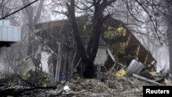 Атыстан қираған дүкен ғимараты. Донецк, Украина, 20 қаңтар 2015 жыл.