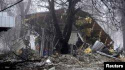 Разрушенное после обстрелов здание магазина в Донецке. 20 января 2015 года.