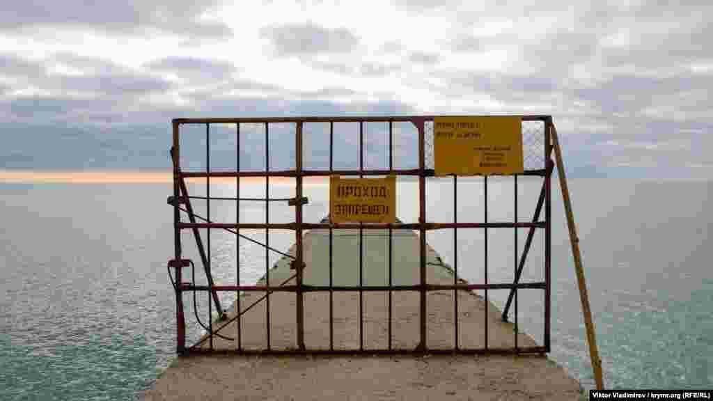А ось прохід на причал, а також купання, пірнання і вилов риби заборонені, про що йдеться на табличці