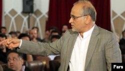 تصویری از حسین مرعشی در جریان درگیری و جنجال در همایش خانه شهر کرمان در اسفند سال ۹۳