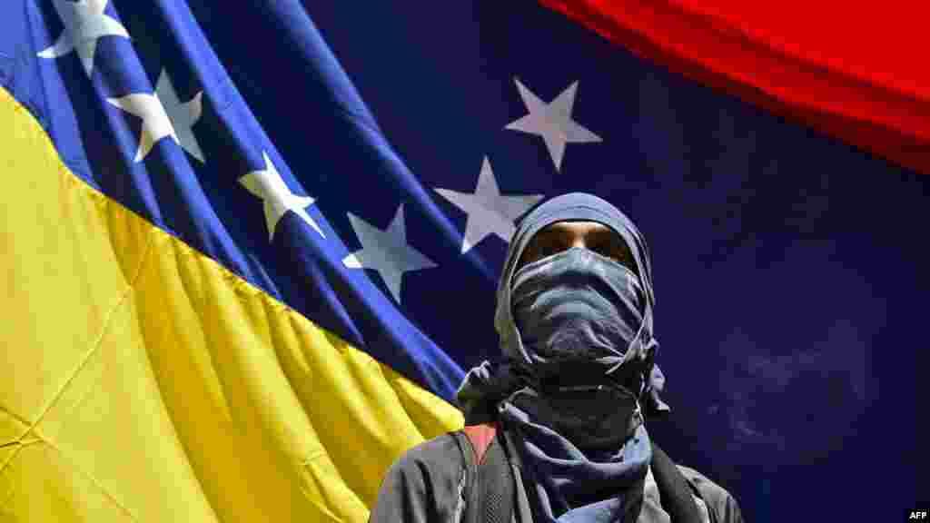САД - Неколку часа откако Белата куќа објави санкции врз нафтената компанија Петролос де Венецуела, оспорениот претседател Николас Мадуро на државната телевизија го предупреди американскиот претседател Доналд Трамп дека ќе има крв на рацете за насилството во неговата земја.