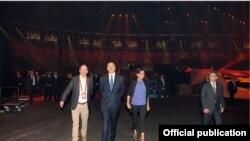 Президент Алиев жубайы менен Кристал сарайды кыдырууда