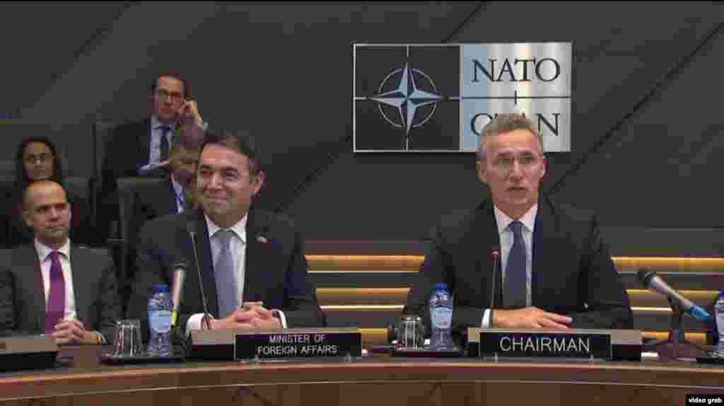 БЕЛГИЈА / МАКЕДОНИЈА - Македонија во Брисел го потпиша Протоколот за прием во НАТО. На свечената церемонија Протоколот го потпишаа шефот на македонската дипломатија, Никола Димитров и амбасадорите на земјите членки на НАТО.