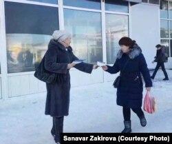 Санавар Закирова раздает листовки с информацией о партии, которую пытается создать.