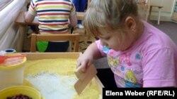 Дети с ограниченными возможностями на занятиях по развитию моторики рук. Темиртау, 13 ноября 2012 года.