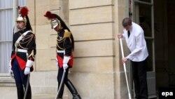 Дорожка Матиньонского дворца в предвкушении встречи с туфлями нового российского премьера
