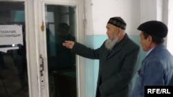 ЮКСУ кәсіпорнының жұмысшылары кеңсеге келгенімен, кіре алмады. Шымкент, 12 наурыз 2010 жыл.