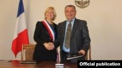 Լեռնային Ղարաբաղ - Բուր լե Վալանսի քաղաքապետ Մառլեն Մուրիեն և Շուշիի քաղաքապետ Արծվիկ Սարգսյանը երկու քաղաքների միջև բարեկամության հռչակագրի ստորագրումից հետո, 5-ը հոկտեմբերի, 2014թ․