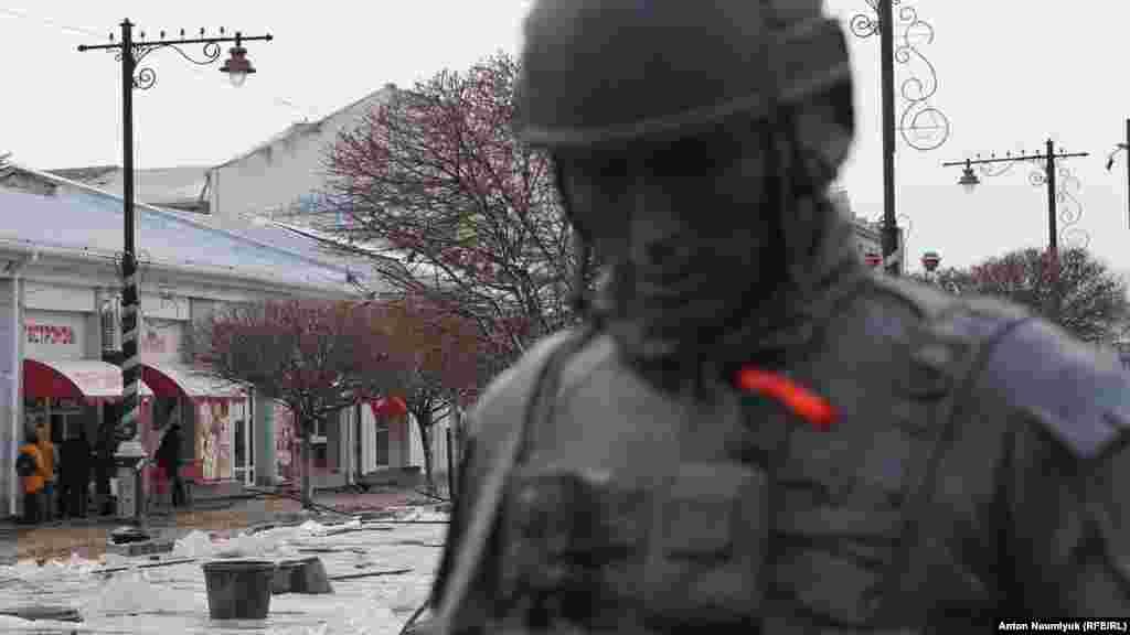 Пам'ятник «зеленому чоловічкові» на вулиці в Сімферополі, де відбуваються ремонтні роботи