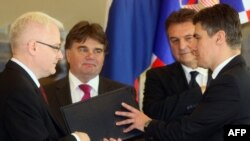 Predsjednik Hrvatske Ivo Josipović daje mandat za sastav nove vlade Zoranu Milanoviću, 14. prosinac 2011.