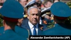 Израиль премьер-министрі Биньямин Нетаньяху Белгісіз сарбаз қабіріндегі еске алу шарасында. Мәскеу, 9 мамыр 2018 жыл.