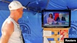 """""""Ресей 24"""" телеарнасындағы жаңалықтарды қарап тұрған адам (Көрнекі сурет)."""