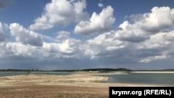 Коса на Тайганському водосховищі, яке пересихає, 10 травня 2020 року