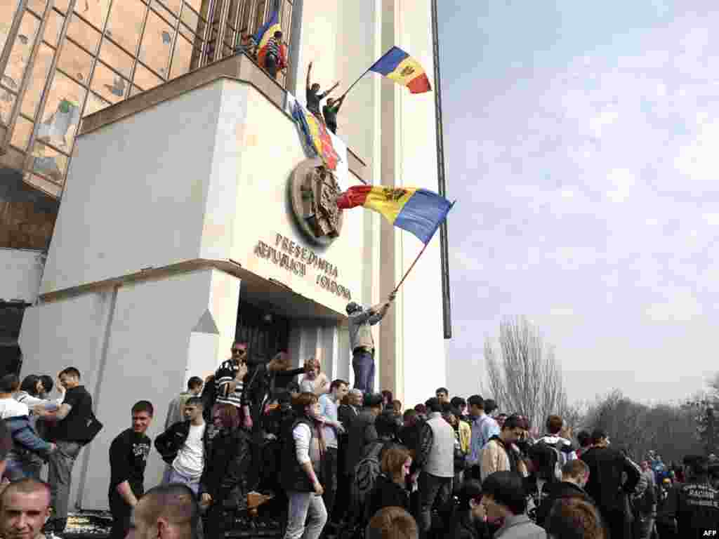 MOLDOVA, REPUBLIC OF, CHISINAU : Protestors storm the presidential building in central Chisinau on April 7, 2009. Over 30 people including both protestors and police were injured in protests against the results of Moldovan legislative elections, the head doctor at Chisinau's emergency hospital said.