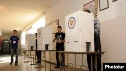 Երեւանի ավագանու ընտրություններ, քվեարկություն ընտրատեղամասերից մեկում, 5-ը մայիսի, 2013թ.