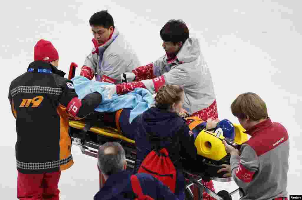 Травмированную британскую шорт-трекистку Элис Кристи уносят на носилках. 17 февраля 2018 года.
