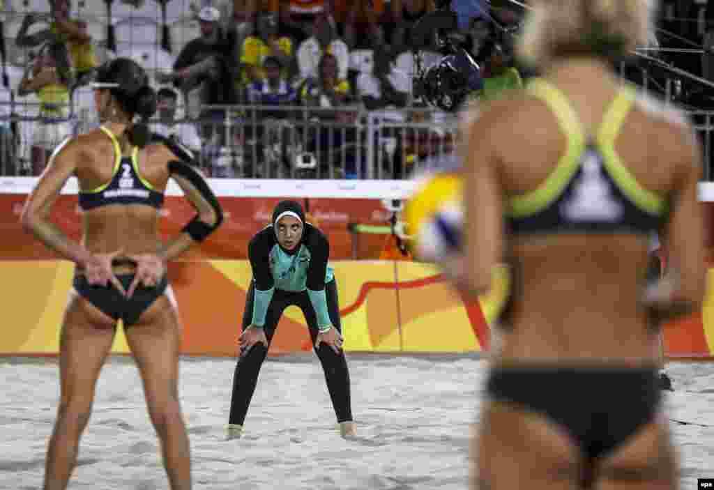 Матч по пляжному волейболу между женскими командами Египта и Германии, 7 августа 2016 года.Различия в спортивной форме спортсменок вызвали бурное обсуждение