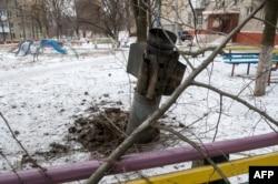 Наслідки обстрілу російськими гібридними силами житлових кварталів міста Краматорська у лютому 2015 року. Тоді загинули 15 людей і 15 були поранені