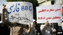 شماری از هواداران محمود احمدینژاد در تجمع هفته گذشته خود در میدان ولیعصر تراکتهایی با شعار بسته شدن بی بی سی در دست دارند