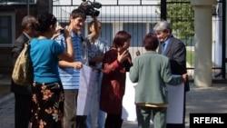 Кыргызские правозащитники пикетируют посольство Казахстана в защиту казахского правозащитника Евгения Жовтиса, Бишкек, 16 сентября 2009 года.