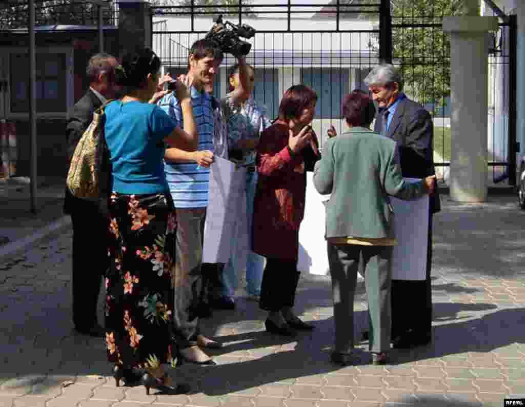 Казахский правозащитник Осадченко попросил политубежище в Кыргызстане. Кыргызские правозащитники пикетируют посольство РК в Бишкеке