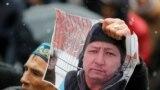 Участник траурной акции с портретом Дулата Агадила, погибшего в СИЗО. Алматы, 27 февраля 2020 года.