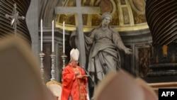 Kardinallar Kollejiniň ýolbaşçysy kardinal Angelo Sodano dini ybadaty berjaý edýär, Watikan, 12-nji mart, 2013.