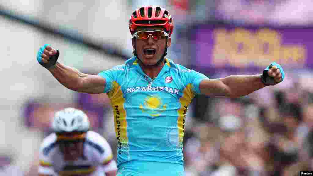 Kazakhstan's Aleksandr Vinokurov celebrates as he wins the men's cycling road race to claim a gold medal at the London 2012 Olympic Games on July 28. (Reuters/Stefano Rellandini)