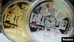 Золотая и серебряная монеты, выпущенные Национальным банком Казахстана. Алматы, 21 августа 2013 года.