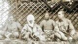 Финляндиянын болочоктогу президенти Карл Густав Эмил Маннергейм (оң четте) жана француз чыгыш таануучусу Пол Пеллио (сол четте) Курманжан датканын өргөөсүндө. Датка айымдын жанында - небереси. 1906-жыл.