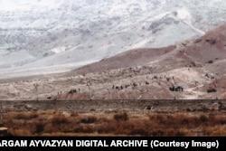 Фотография разрушений 2005 года, сделанная с иранской территории.
