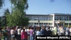 """Protest roditelja ispred OŠ """"Sveti Sava"""" u Vrbanjcima"""