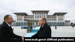 Президент Азербайджана Ильхам Алиев (слева) во время встречи с президентом Турции Реджепом Эрдоганом. Анкара, 15 марта 2016 года.