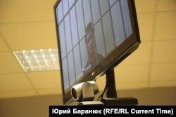 6 марта, Санкт-Петербургский городской суд, Виктор Филинков на экране телевизора для видеосвязи с СИЗО во время судебного заседания, на котором защита пыталась опротестовать его арест