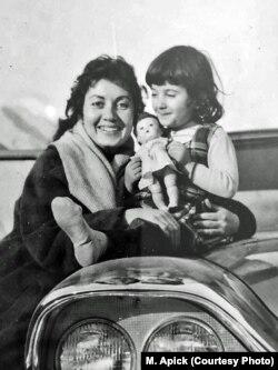 با مادرش آپیک یوسفیان در خردسالی