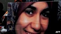 Акси Марво ал-Ширбинӣ дар дасти зане дар тазоҳуроти Туркия, 17 июли соли 2009.