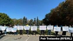 Пришедшие на митинг развернули плакаты за несколько минут до начала акции. Алматы, 13 сентября 2020 года.