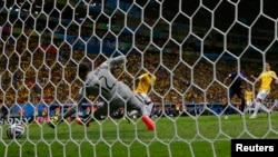 Вейналдум забиває «контрольний» гол у ворота бразильців