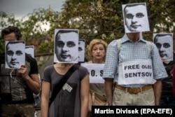 Одна из многочисленных акций в поддержку Олега Сенцова прошла на днях в Праге у посольства России