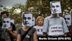 Акция в поддержку Олега Сенцова у российского посольства в Праге