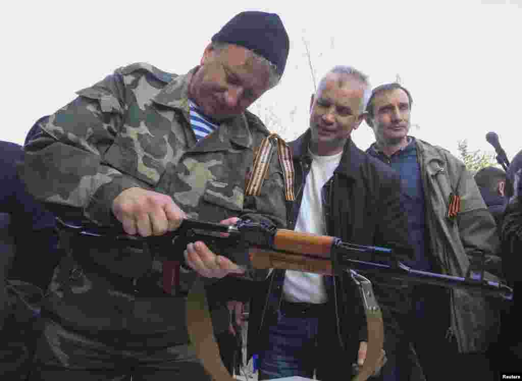 Урыс җыенында халыкка Калашников автоматын сүтеп-җыю тамашасы күрсәтелде.