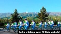 Illýustrasiýa suraty. BSG koronawirus pandemiýasynyň fonunda adamlaryň arasynda sosial aralygyň saklanmagyny maslahat berýän wagty, 7-nji aprelde 7 müň adamyň gatnaşdyrylmagynda Türkmenistanda köpçülikleýin welosipedli ýöriş geçirildi.