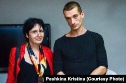 Лидия Стародубцева (историк культуры) и Петр Павленский. Фото Кристины Пашкиной