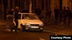 Maşină a poliţiei distrusă de huligani în timpul protestelor din Bucureşti