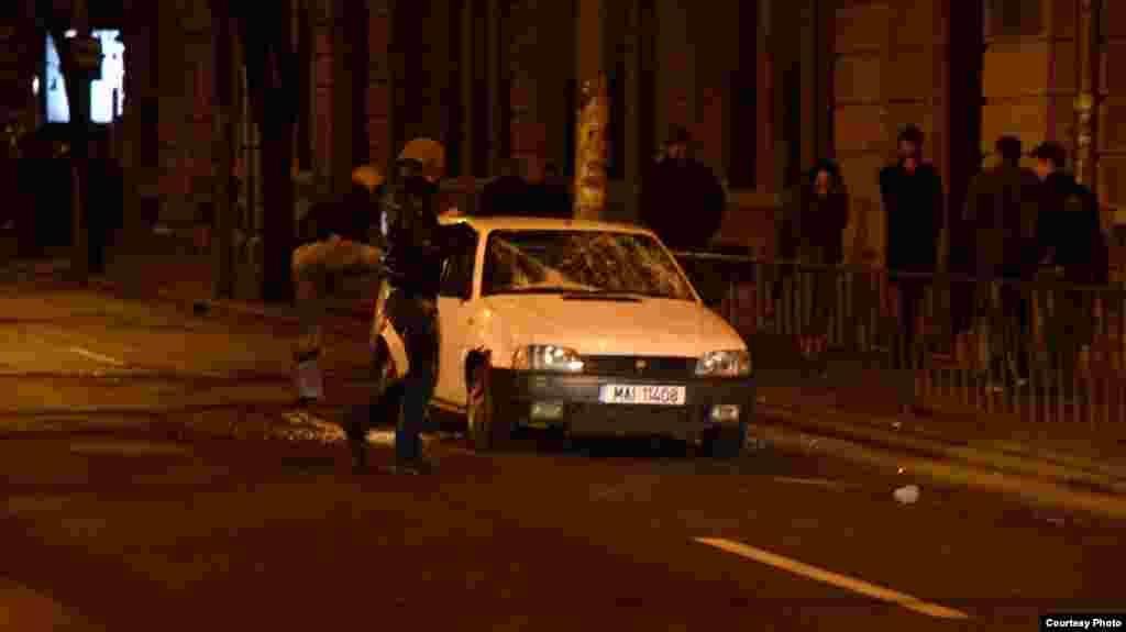 У неділю в Бухаресті демонстранти закидали поліцейських камінням.
